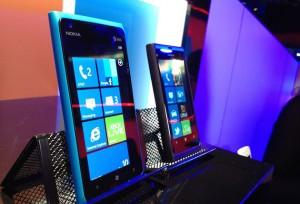 Nokia Lumia 900 vs Lumia 800 300x204 - Le match : Nokia Lumia 800 ou Lumia 900 ?