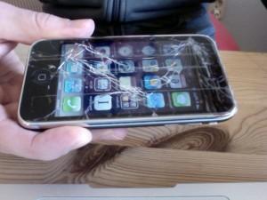 iphone 300x225 - Mon écran d'iPhone est cassé. Que faire?