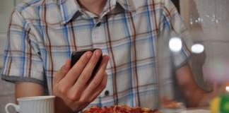 Vous passez plus de temps au restaurant à cause de votre smartphone