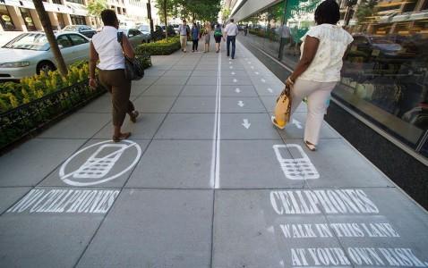 [Insolite] Une voie réservée aux utilisateurs de smartphone sur les trottoirs ?