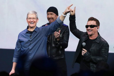 Ce n'est pas la première fois que U2 associe son image à Apple. Il y a dix ans déjà, la bande à Bono se produisait au Flint Center, tandis que la firme commercialisait un iPod aux couleurs de leur album de l'époque, How To Dismantle An Atomic Bomb (qui contenait les tubes Vertigo et City Of Blinding Lights)