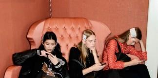 filles en train de regarder leurs mobiles