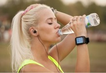 Sportive portant une smartwatch