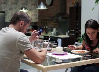 smartphone-dinner-table