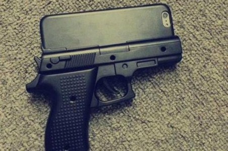 coque-iPhone-en-forme-de-pistolet