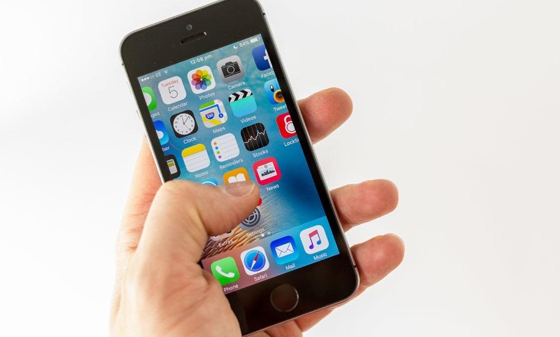 l 39 iphone se est le smartphone le moins cher d 39 apple. Black Bedroom Furniture Sets. Home Design Ideas