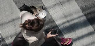 regarder son smartphone dans la rue c'est dangereux