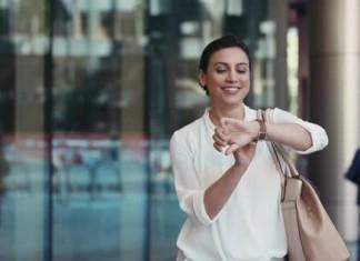 Femme utilisant une smartwatch