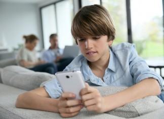 Smartphone utilisé par un ado