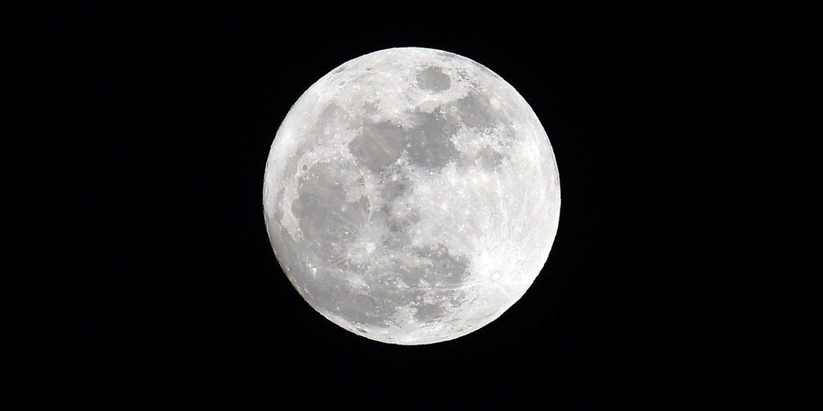 La lune n'aura plus de secret pour vous grâce à votre smartphone et une boule