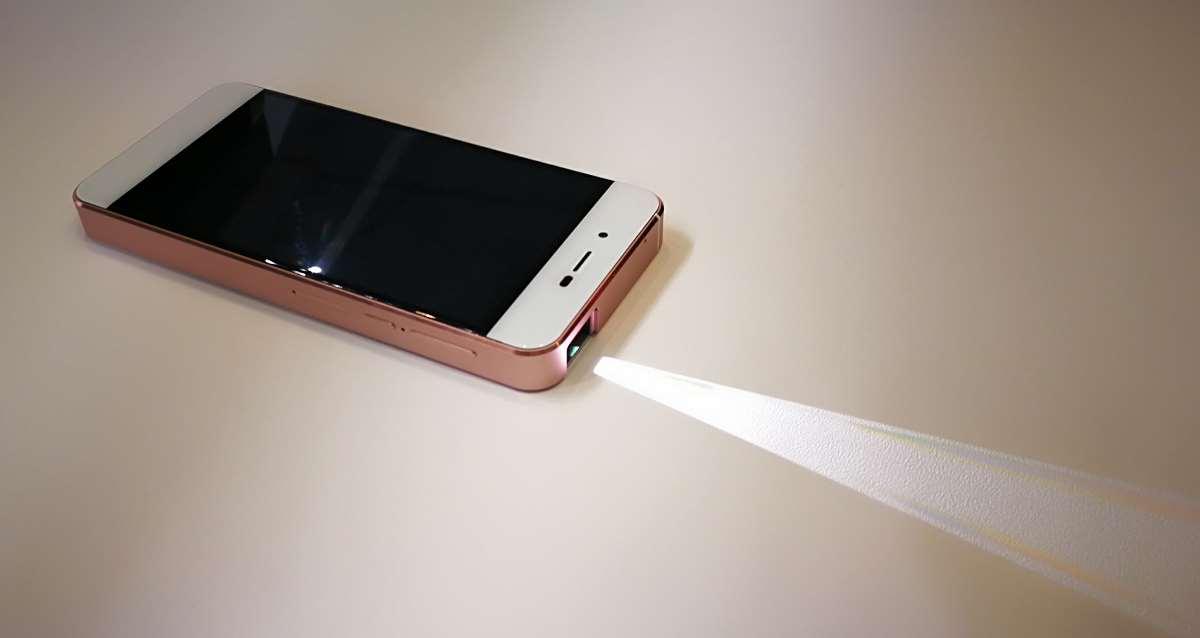 le thomson fusion un smartphone avec vid oprojecteur int gr. Black Bedroom Furniture Sets. Home Design Ideas