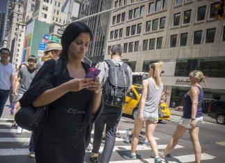 Piétonne sur son smartphone