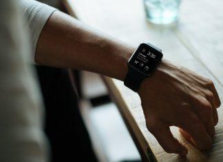 Personne portant une montre connectée