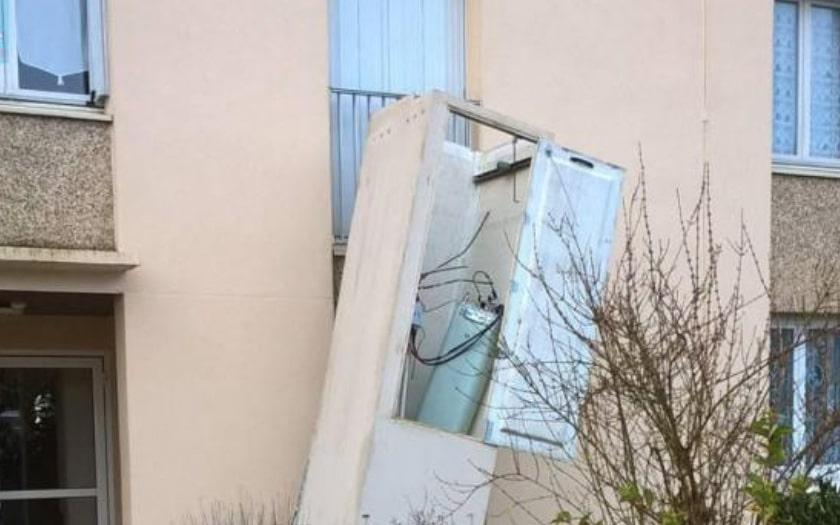 antenne relai free - Une antenne-relais Free Mobile chute du haut d'un immeuble, bientôt une panne ?
