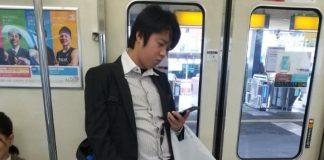 Il utilise une souris pour scroller sur son smartphone
