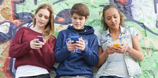 Adolescents sur leur smartphone