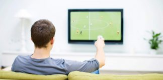 Homme regardant la tv