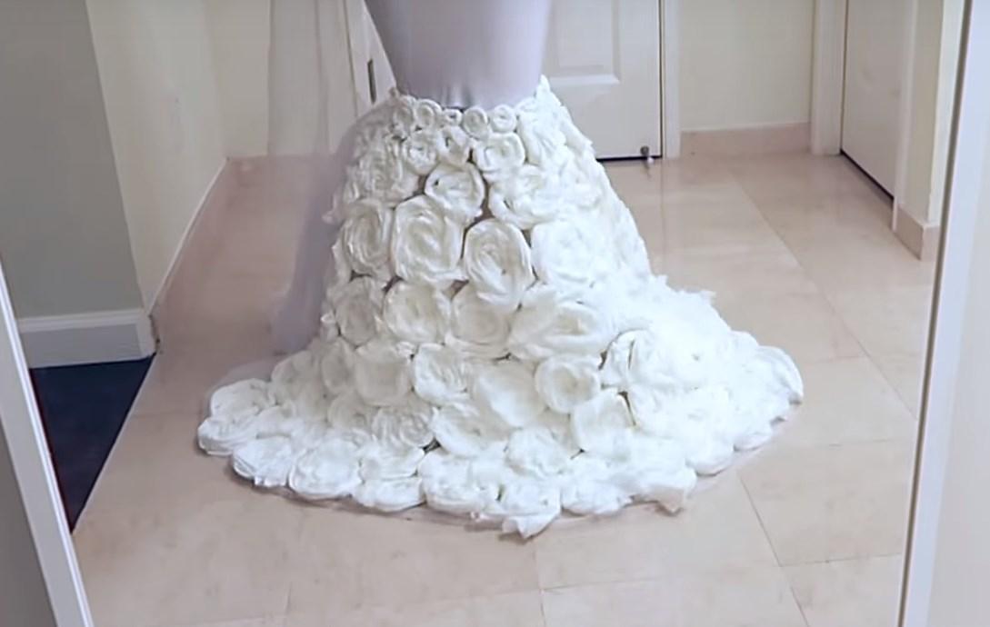 Une Youtubeuse crée une robe de mariée avec du papier toilette