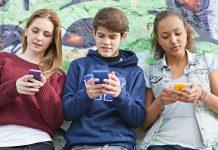 Des ados sur leur smartphone
