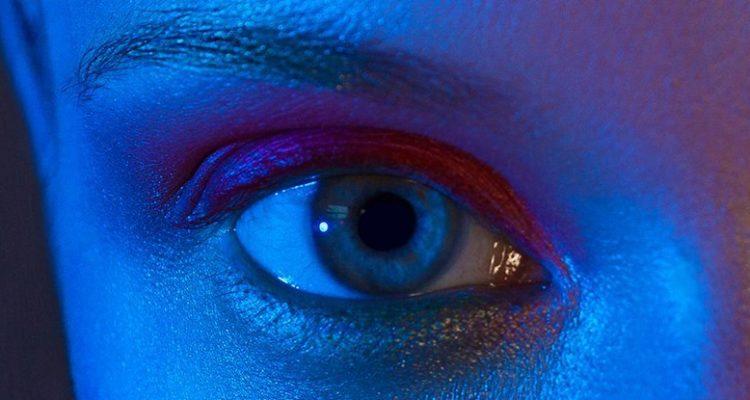 La lumière bleue des smartphones et des tablettes est dangereuse pour les yeux
