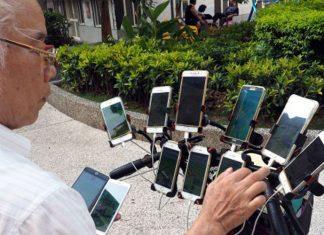 Il chasse les Pokémon sur son vélo avec 11 smartphones !
