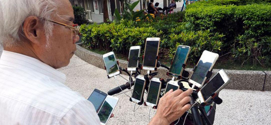 Pokémon Go : un homme de 70 ans utilise 11 smartphones pour jouer à bord de son vélo