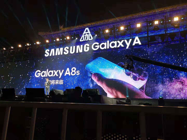 Galaxy A8s : un smartphone sans bordure et sans encoche