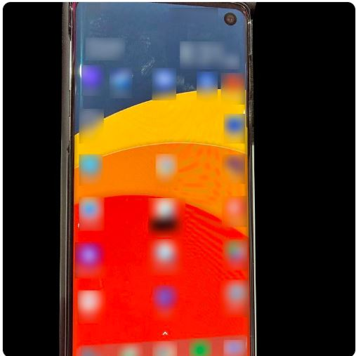 Samsung Galaxy S10 : une photo du smartphone avec l'écran percé !