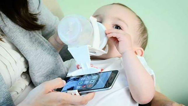 Insolite : un jeune papa américain invente un porte-biberon pour smartphone