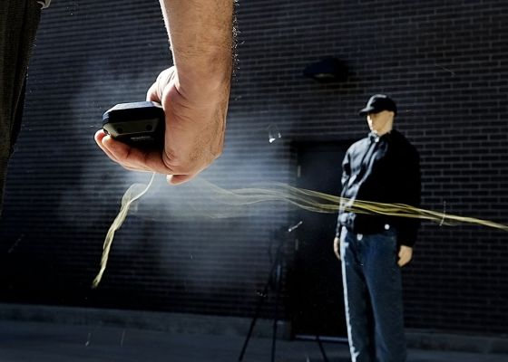 La police américaine teste le BolaWrap, un nouveau lasso high-tech immobilisant
