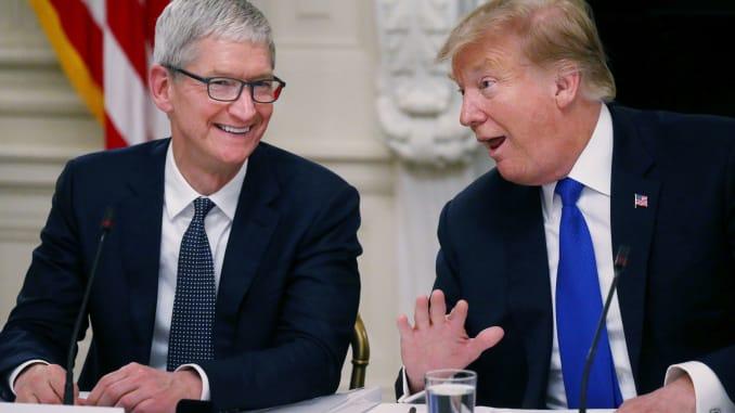 105812214 1553514226501rtx6pz52 - Apple : Tim Cook recevra le président Trump dans le cadre d'une visite de son usine située en Texas