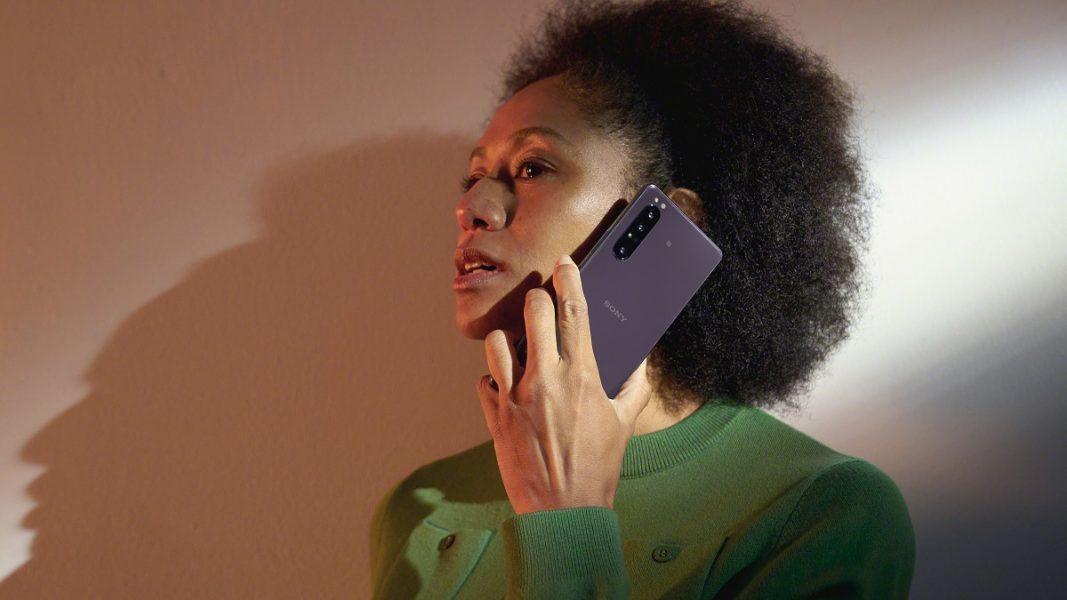 Xperia 1 II Lifestyle Purple 1067x600 - Sony lance les Sony Xperia 1 II et Xperia 10 II en Europe