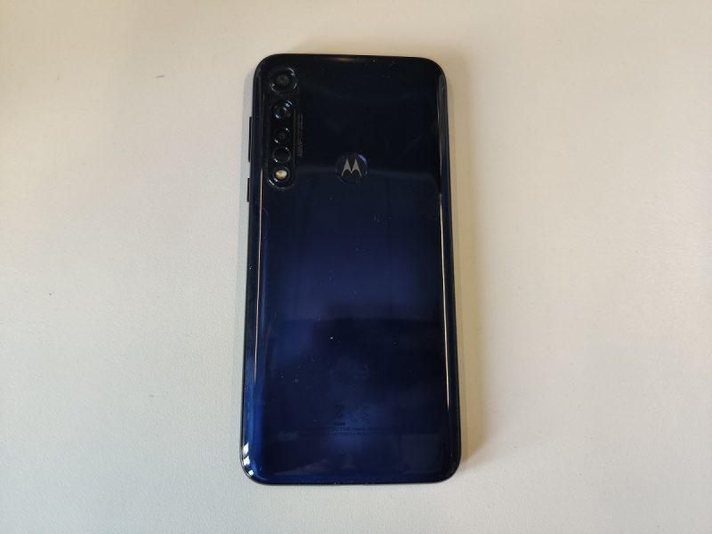 Motorola Moto G8 Plus dos 1 800x600 - [ Test ] Motorola Moto G8 Plus : la meilleure autonomie disponible à 250 euros