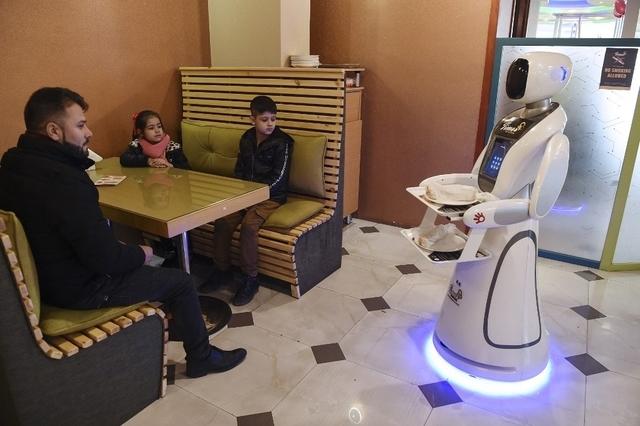 topelement - L'Afghanistan et sa première serveuse robot, Timea