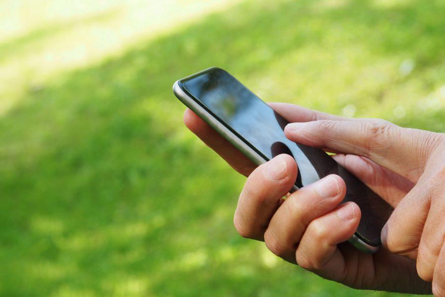 Loi Climat smartphone 900x600 - Loi Climat : la France Insoumise dépose un amendement pour la suppression des publicités de smartphones