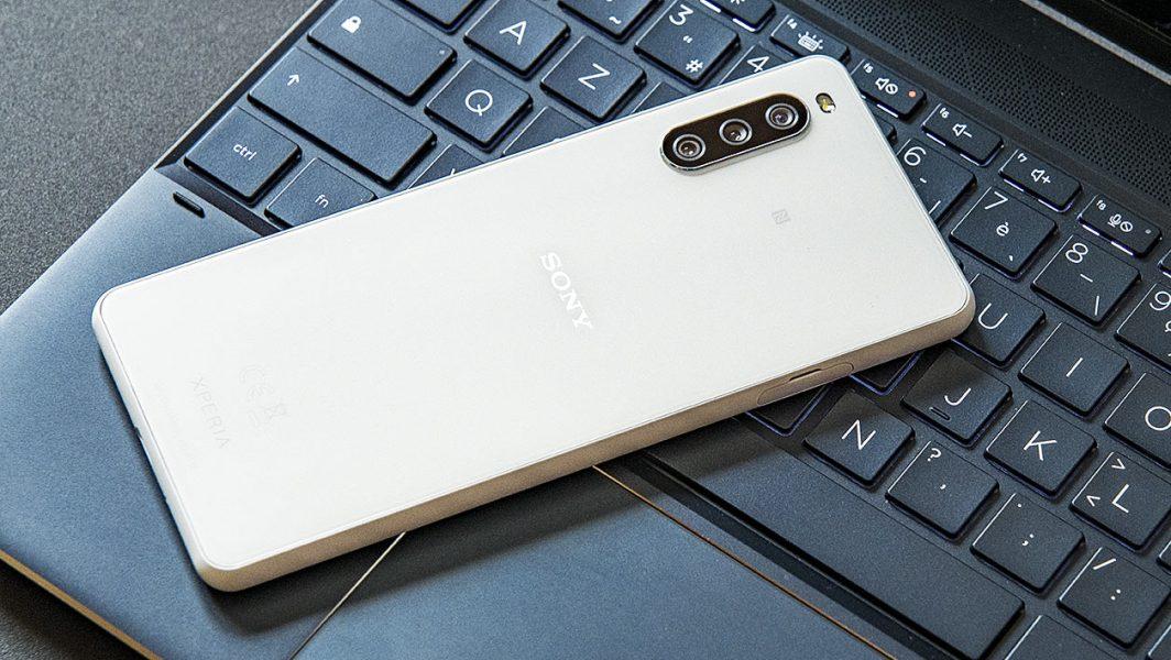 Sony Xperia 10 III dos 1064x600 - Test du Sony Xperia 10 III : le smartphone du quotidien encore un peu à la traîne